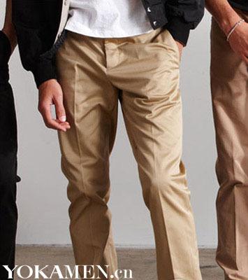 卡其色军装款衬衫搭配细长的领带和腰带,时髦度狂飙的军旅风让你