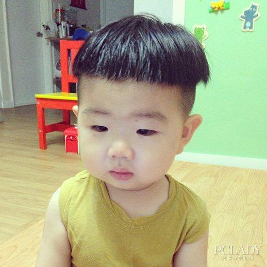 超可爱的锅盖头发型,两边发鬓的头发都铲短,如此丑乖的发型可不是